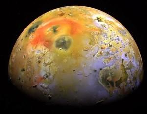 Esta imagen, de la Pillan Patera, con colores aumentados, muestra una mancha oscura producida por una gran erupción en 1997. Crédito: NASA