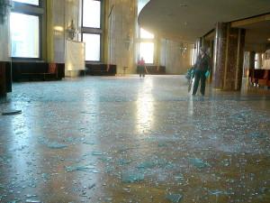 Imagen de los cristales destrozados, por la explosión del meteorito, en el Teatro de Cheliábinsk. Crédito: Nikita Plekhanov