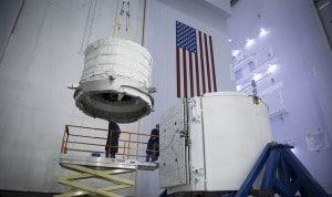 En esta imagen se puede ver el módulo BEAM, compactado, siendo cargado en la nave Dragon. Crédito: SpaceX
