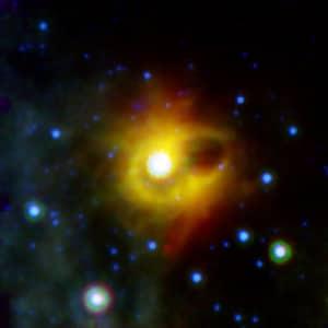El Magnetar SGR 1900+14, en el centro de la imagen, fotografíado por el Telescopio Spitzer. Crédito: NASA/JPL-Caltech