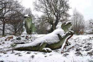 Esculturas de dinosaurios y mamíferos extintos, en el Crystal Palace Park en Londres. Crédito: Lynn Hilton/Alamy Stock Photo