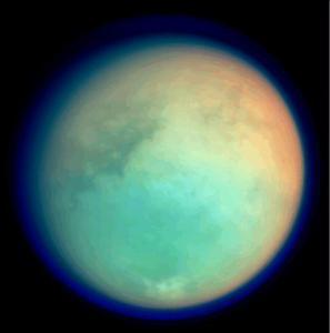 Titán observado por la sonda Cassini en la longitud de onda ultravioleta e infrarroja en octubre de 2004. Crédito: NASA/JPL/Space Science Institute