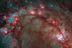 Esta imagen muestra parte de la Galaxia del Molinete, conocida por estar formando estrellas más rápido que nuestra Vía Láctea. NASA, ESA, Hubble Heritage Team (STScI/AURA)