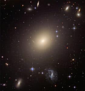 Esta es la galaxia elíptica gigante ESO 325-G004. Creemos que muchas de las galaxias elípticas del universo (si no todas), son el resultado de una colisión entre galaxias. Crédito: NASA, ESA, and The Hubble Heritage Team (STScI/AURA); J. Blakeslee (Washington State University)