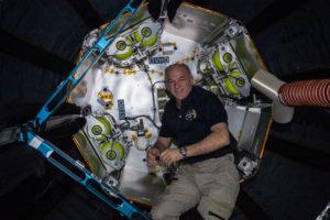 El astronauta Jeff Williams durante las actividades de expansión del módulo BEAM. Crédito: NASA