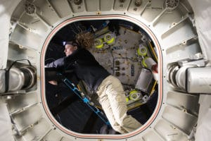 La astronauta Kate Rubins realizando tareas de sustitución y reparación dentro del módulo BEAM. Crédito: NASA