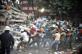 Una cadena de gente ayuda en México tras los terremotos sufridos en septiembre de 2017.