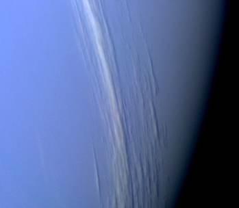 Nubes en las capas altas de Neptuno, vistas por la sonda Voyager 2. Crédito: NASA