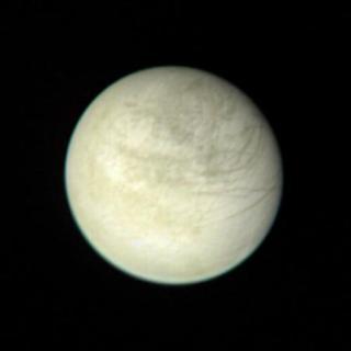 Europa, visto por la sonda Voyager 1. Crédito: NASA