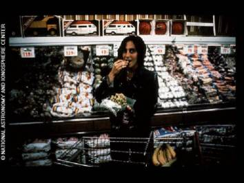Imagen de una mujer en un supermercado, contenida en el disco de oro de las sondas Voyager. Crédito: NASA