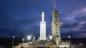 El cohete Falcon Heavy durante la prueba de encendido estático.