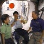 Astronaut gooit boemerang in de ruimte