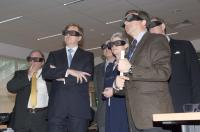 Prins Willem Alexander bekijkt het 3D scherm van het Concurrent Design Facility (CDF)