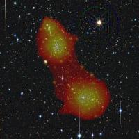 De twee clusters van sterrenstelsels Abell 222 en Abell 223 liggen achter elkaar. De rode band ertussen is een streng van het kosmische web