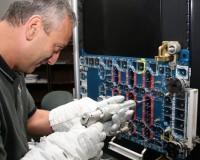 Atlantis astronaut Mike Massimino oefent met de Mini Power Tool