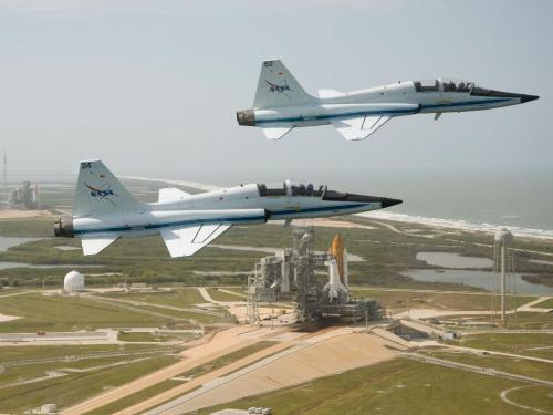 Twee straaljagers, twee shuttles