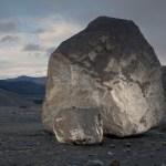 Deze rots ligt er pas sinds voorjaar 2010. Rara hoe kan dat?
