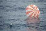 Dragon capsule met een plons teruggekeerd op aarde