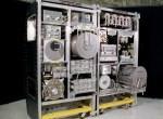 Chris Hadfield laat zien hoe in het ISS urine wordt omgezet in water