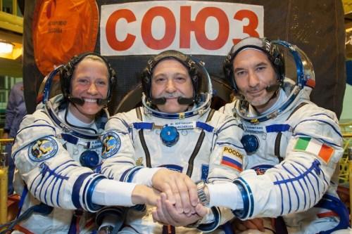 Van links naar rechts NASA astronaut Karen Nyberg, Sojoez-commandant Fyodor Yurchikhin en ESA-astronaut  Luca Parmitano.