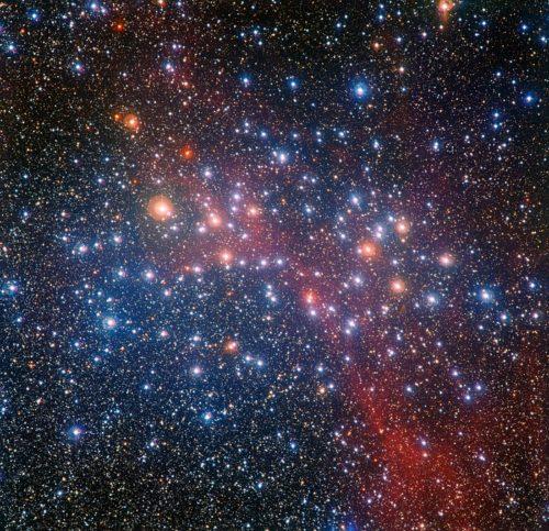 Deze kleurrijke opname van de heldere sterrenhoop NGC 3532 is gemaakt met de 2,2-meter MPG/ESO-telescoop van de ESO-sterrenwacht op La Silla (Chili). Sommige van de sterren zijn nog heet en blauw, maar tal van zwaardere exemplaren zijn in rode reuzen veranderd en vertonen een opvallend oranjerode tint.