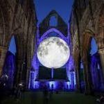 'Museum of the Moon' reizende tentoonstelling van Luke Jerrams maan