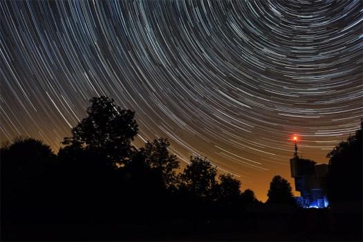 Tragovi zvijezda na Petrovoj Gori. Nikon D600, 24mm f/2.8, spojeno 200 fotografija po 30s ekspozicije.