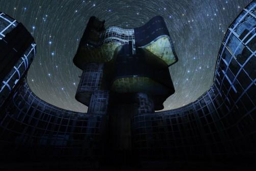 Spomenik na Petrovoj Gori sa prekrasnim zvjezdanim nebom.
