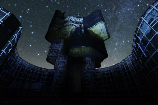 Zvjezdano nebo iza devastiranog spomenika na Petrovoj gori.