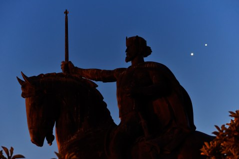 Konjunkcija Venere i Jupitera kod spomenika kralju Tomislavu u Zagrebu.