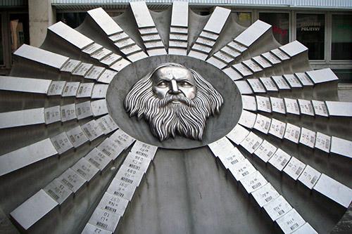 Escultura en honor a Dmitri Mendeléyev