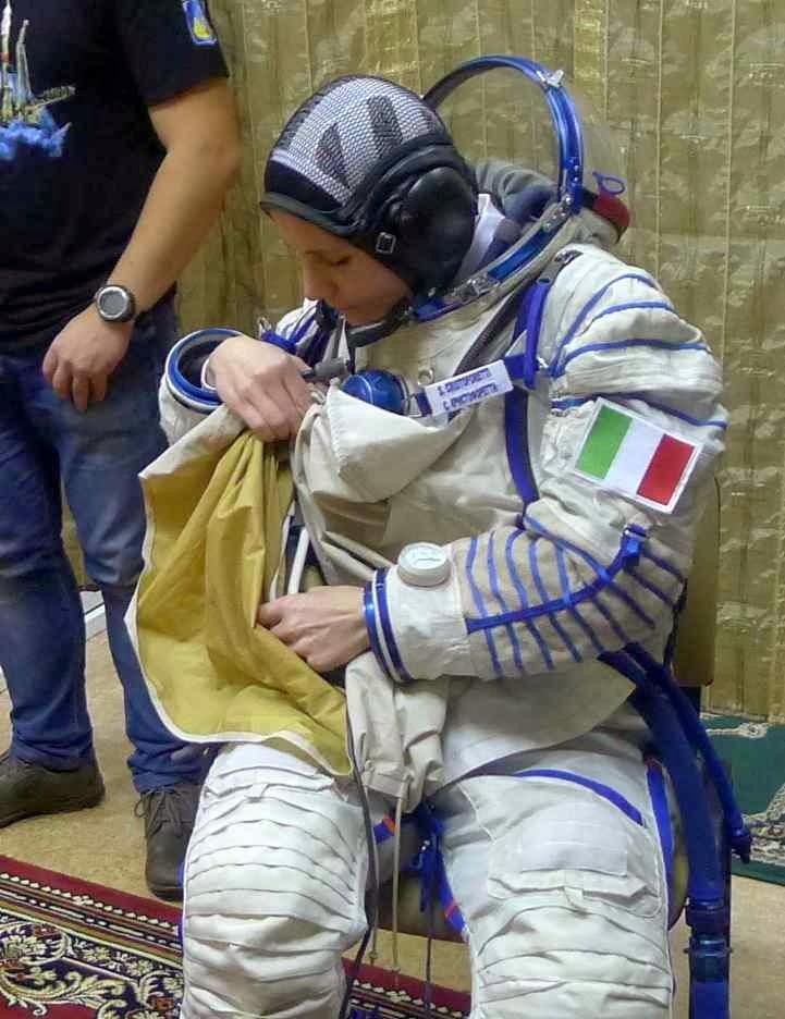Samantha Cristoforetti indossa una tuta Sokol per una simulazione. Fonte: Gagarin Cosmonaut Training Center