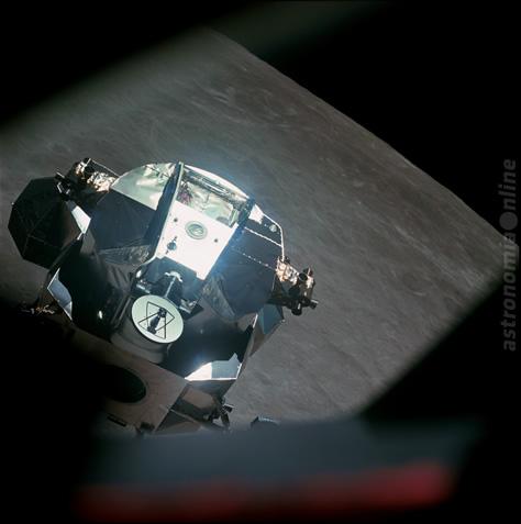 """La etapa de ascenso del módulo """"Snoopy"""", fotografiada momentos antes de volver a acoplarse con el módulo de comando en órbita tras su descenso hasta unos 15,6 kilómetros de la superficie lunar. La imagen fue obtenida a través de una de las ventanas del módulo de comando por el astronauta John Young. Créditos: NASA."""