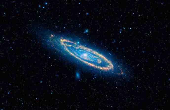 Αυτή η εικόνα (με τα  περίεργα χρώματα) δείχνει την μεσο-υπέρυθρνη ακτινοβολία του γαλαξία της Andromeda. (Φωτό από   την ομάδα NASA/JPL-Caltech/WISE).