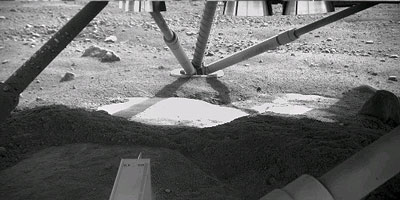Mars Phoenix rocks cleared away the soil to show ice
