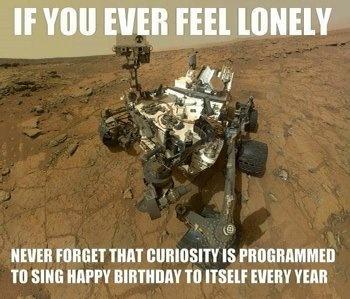 Se alguma vez te sentires sozinho, lembra-te que o rover Curiosity canta Parabéns a Você para si próprio...