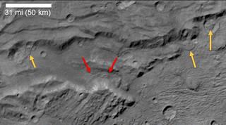 Existem sinais de deslizamentos de terra na zona informalmente chamada de Serenity Chasma, em Caronte, lua de Plutão. Créditos: NASA / JHUAPL / SwRI