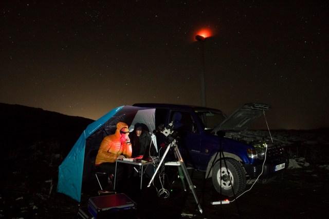 Juanjo y yo a cobijo de la sombrilla astronómica mientras simulábamos estar realizando fotografías extraoridinarias.