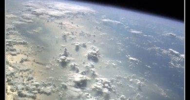 Nubes y humo volcánico sobre el océano Pacífico