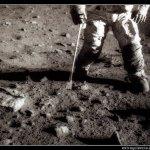 Recogida de muestras rocosas en la Luna