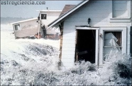 Olas destrozando una casa