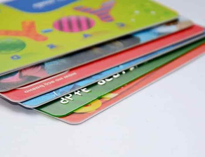 TARJETAS REVOLVING | Comisiones, plazos y TAE: las claves para hacer buen uso de las tarjetas en verano