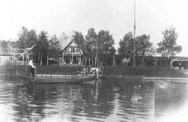 Altes Seglerhaus mit provisorischem Bootsschuppen