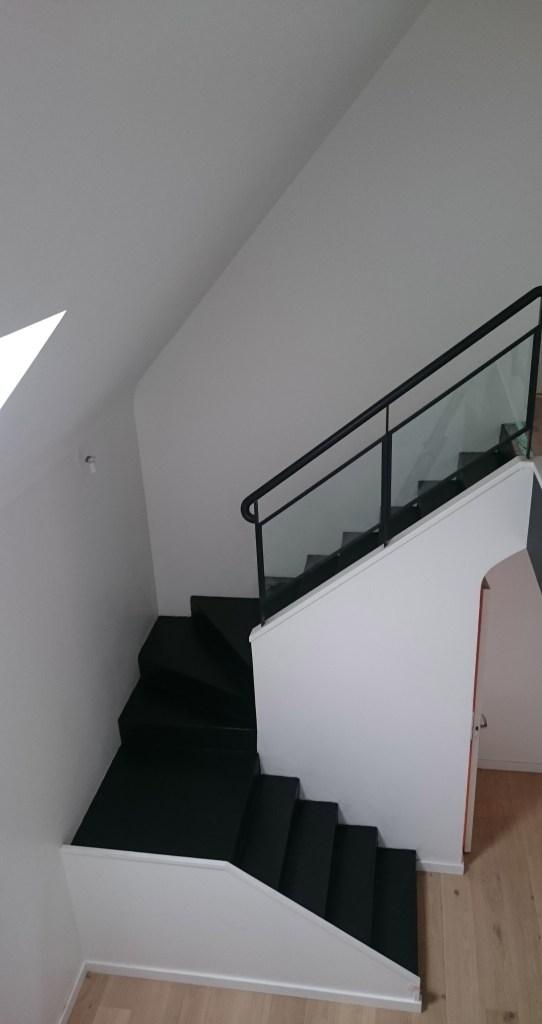 Pourquoi ne pas utiliser le béton ciré pour escaliers moderne et facile dentretien latelier des sols spécialiste en revêtement de sol depuis 15 ans
