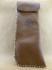 Présentation de sac à pipe en cuir d'agneau marron cousu main