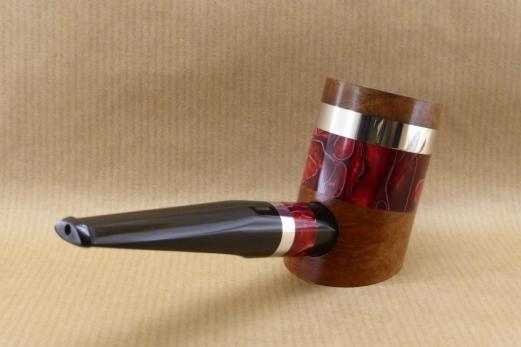 """vue arrière droit d'une pipe de la collection """"COLORS"""" en bruyère et Acrylique rouge"""