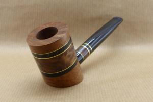 """Vue avant gauche d'une pipes à tabac contemporaine de la collection """"COLORS"""". No3 Broussin de Thuya"""