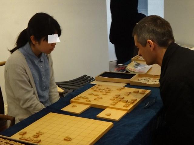 将棋駒師 児玉龍兒パリ個展にて藍染の布を使っていただきました