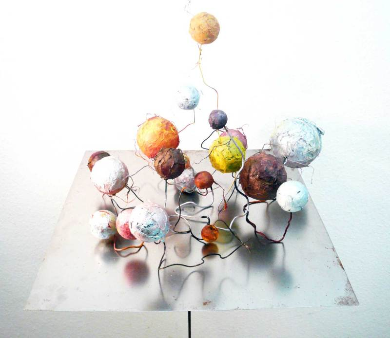 Bewegte Gesellschaft, Papier, Acryl, Draht auf Eisentisch, 80x50x50