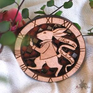 アリスのウサギのブローチ